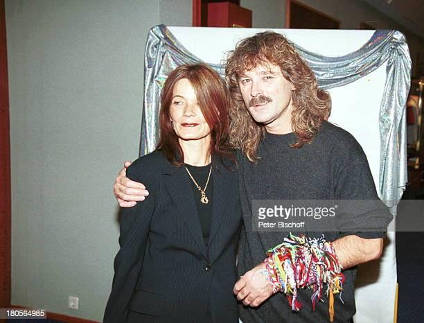 Wolfgang Petry Ehefrau Rosie ARDShow'Die Goldene Stimmgabel 2000'FriedrichEbertHalle Ludwigshafen FrauFreundschaftsbänder