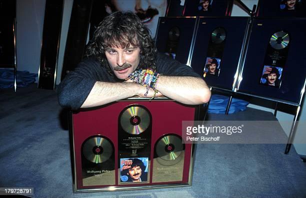 Wolfgang Petry mit seinen GoldenenSchallplatten