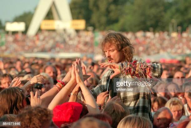 Wolfgang Petry singt während eines Konzerts im Rudolf Harbig Stadion in Dresden