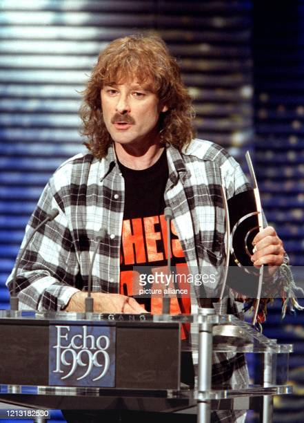"""Wolfgang Petry wird am 4.3.1999 in Hamburg bei der Verleihung des deutschen Schallplattenpreises """"Echo"""" als bester deutscher Schlagersänger..."""