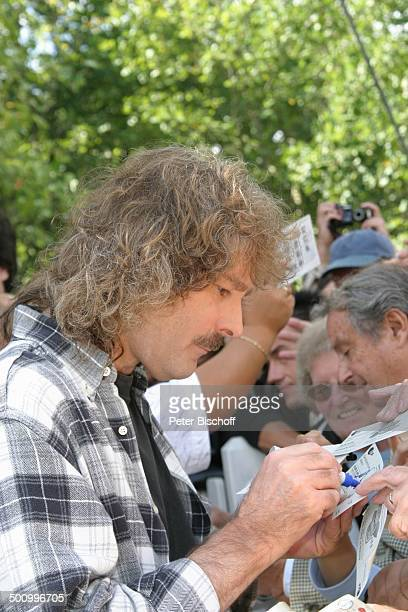 Wolfgang Petry ZDFFernsehgarten Mainz Fans Publikum Autogramm schreiben Sänger Schlager Promi PNr 126/2004 STB Foto PBischoff/CD