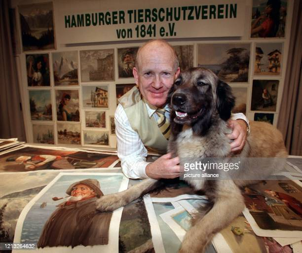 """Wolfgang Poggendorf, Geschäftsführer des Hamburger Tierschutzvereins, krault am 22.6.1998 die kaukasische Schäferhündin """"Helga"""", die auf einem Tisch..."""