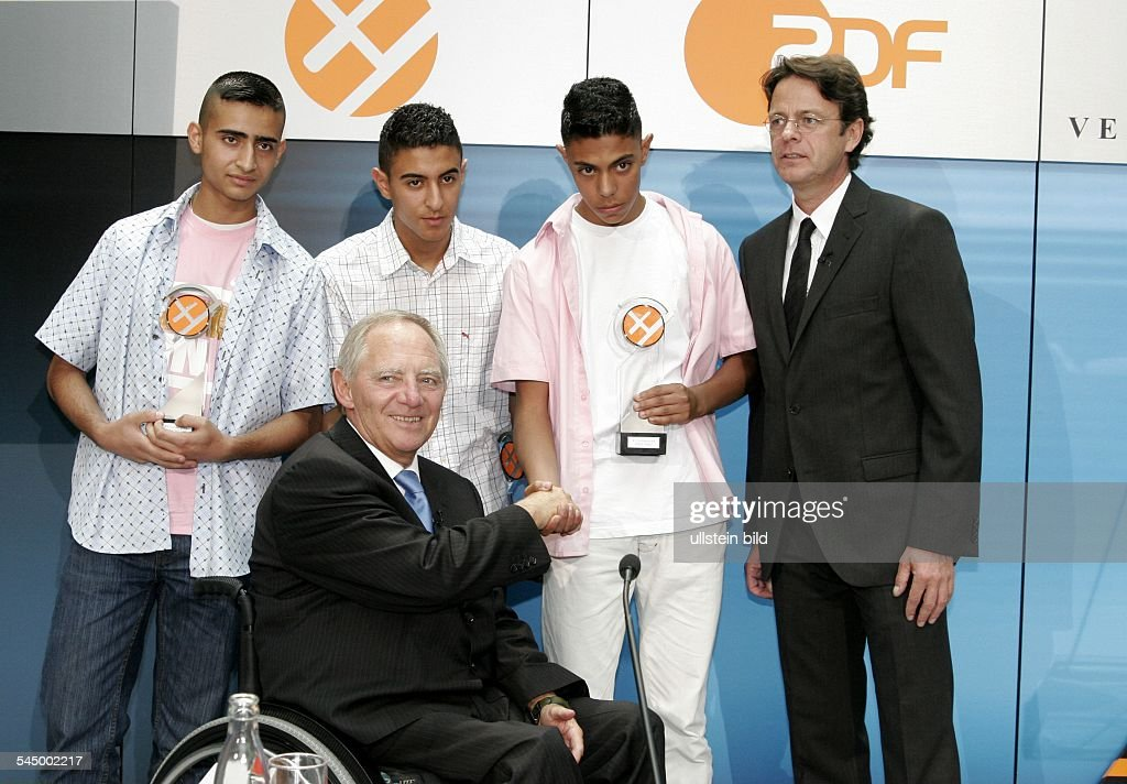 "Wolfgang Schaeuble - Politician, Federal Minister of the Interior, CDU, Germany - at the XY- Award ""together against the crime"", the laureates Mohamed Iraki, Walid Iraqui and Khalil Sabra (from left to right) : Fotografía de noticias"