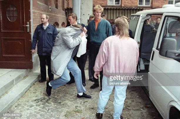 Wolfgang Schmidt zieht beim Verlassen des Gerichtssaals den Mantel über den Kopf. Wegen sechsfachen Mordes und zweifachen Mordversuchs ist der...