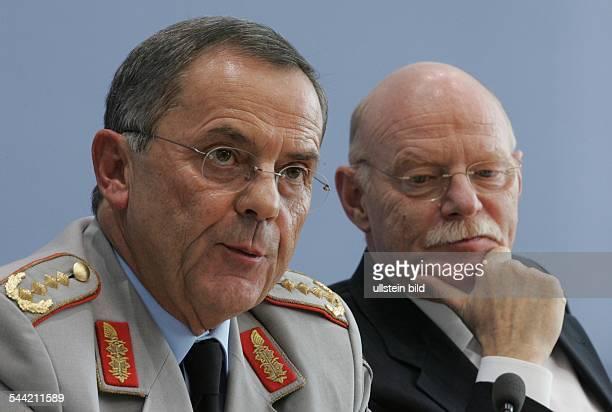 Wolfgang Schneiderhan Generalinspekteur der Bundeswehr mit Peter Struck Bundesverteidigungsminister SPD D
