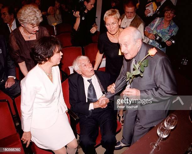 Wolfgang Spier Simone Rethel Johannes Heesters 80 Geburtstag von W o l f g a n g S p i e r Komödie im 'Bayerischen Hof' München Anzug Rose Blume