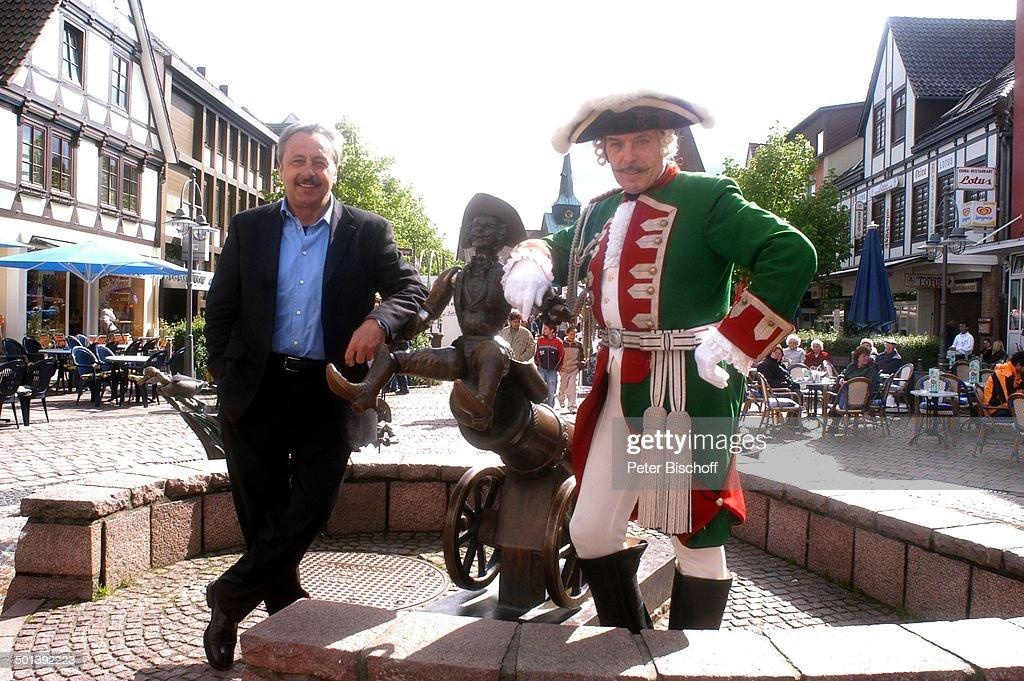 "Wolfgang Stumph (links, Münchhausen-Preisträger 2004), Adolf Hahn (als ""Baron Karl F : News Photo"