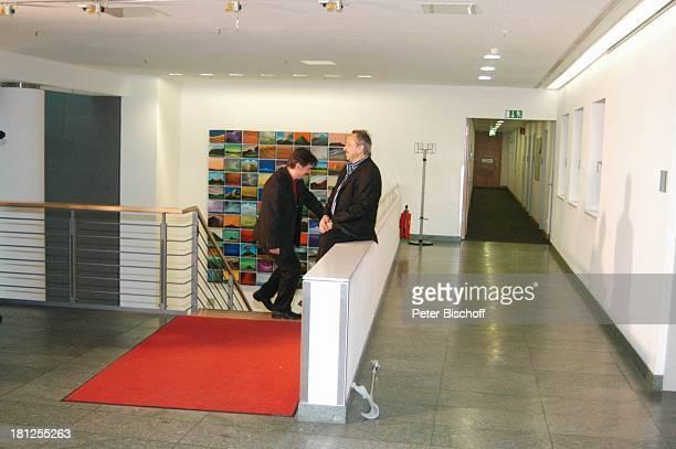Wolfgang Stumph bei seinem ersten öffentlichen Auftritt nach einer MiniskusOperation ZDFStudio 'Unter den Linden' Berlin Krücke Krückstock...