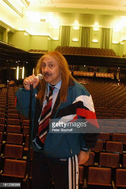 Wolfgang Stumph Kabarett Ganz schön wirds nie Glocke Bremen Perücke Haarteil Kostüm Verkleidung verkleidet Mikro Mikrofon Saal Theatersaal Theater...