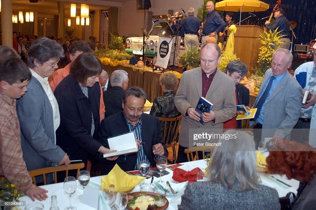 """Wolfgang Stumph (Mitte, Münchhausen-Preisträger 2004) mit Fans, """"Verleihung des Münc : News Photo"""