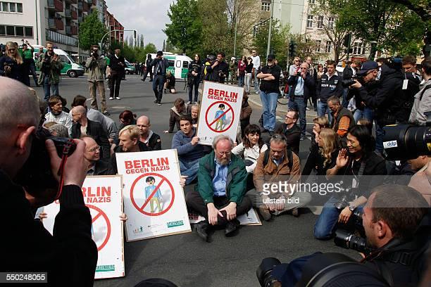 Wolfgang Thierse nimmt an einer Sitzblockade gegen eine bevorstehende Demonstration von Rechtsextremisten auf der Bornholmer Strasse in...