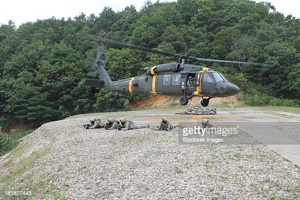 wolfhounds air assault from a uh-60 blackhawk helicopter. - military attack stock pictures, royalty-free photos & images