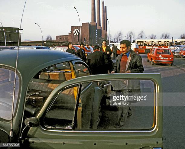 Wolfsburg Bahnhof Italienische VW Gastarbeiter fahren in den Weihnachtsurlaub nach Italien Hier 1972 eingescannt