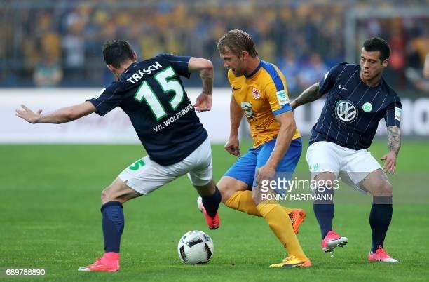 Wolfsburg's midfielder Christian Traesch Braunschweig's midfielder Jan Hochscheidt Wolfsburg's Portuguese midfielder Vieirinha vie during German...