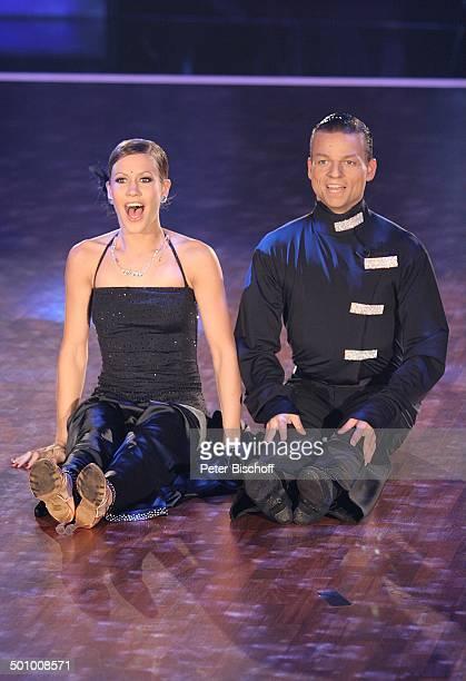 Wolke Hegenbarth TanzPartner Oliver Seefeldt Finalisten der RTLTanzshow Let's Dance HalbFinale Köln Deutschland PNr 675/2006 sexy TanzKostüm Kleid...