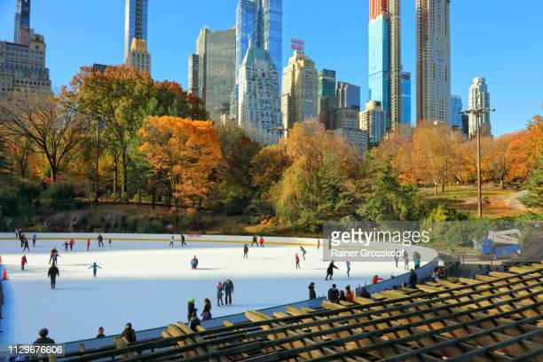 wollman ice rink with skaters in autumn - rainer grosskopf fotografías e imágenes de stock