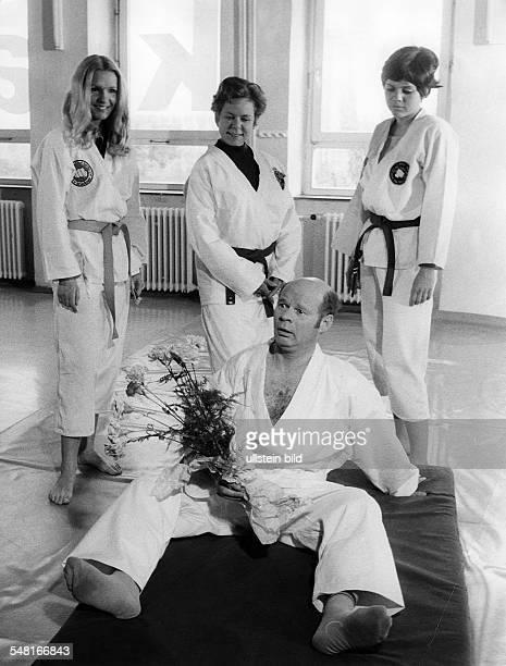 Wolter Ralf * Schauspieler D mit Ruth Stephan in dem Film 'Onkel Heinz die Nervensaege Grueezi wohl Frau Stirnima' Regie Werner Jacobs 1970