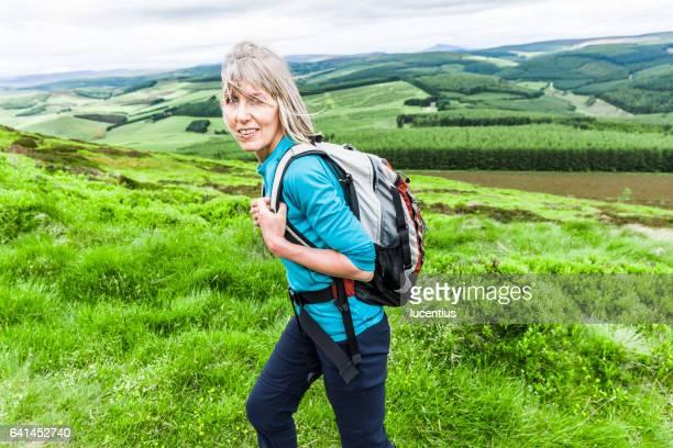 mujer 50-59 años, senderismo con mochila - 50-59 years and women only fotografías e imágenes de stock