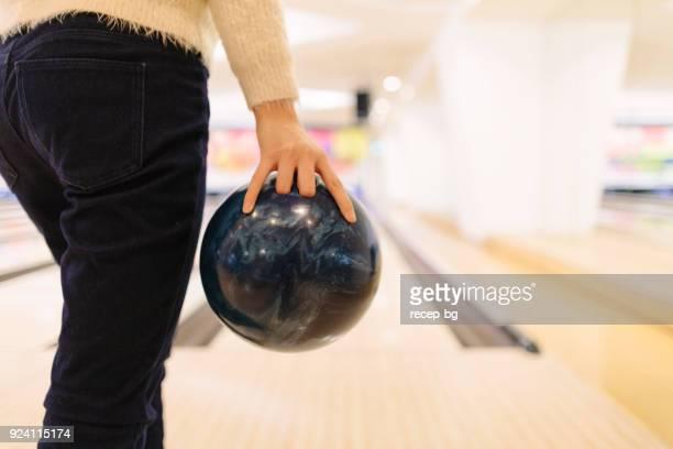ボウリングのボールを投げることを約女性 - ボーリング場 ストックフォトと画像