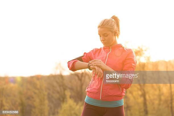 Frau anpassen Ihre smart Sie beim Training im Freien