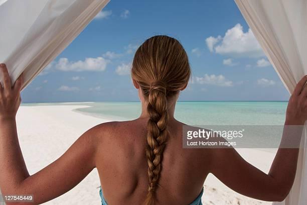 Frau genießen Strand durch Vorhänge