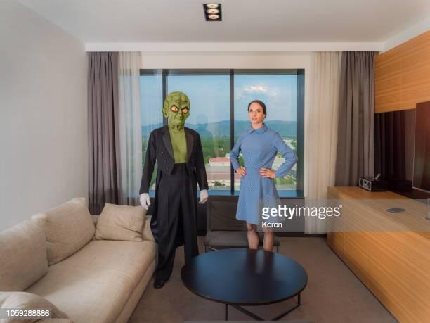 woman and alien in a hotel room - alieno foto e immagini stock
