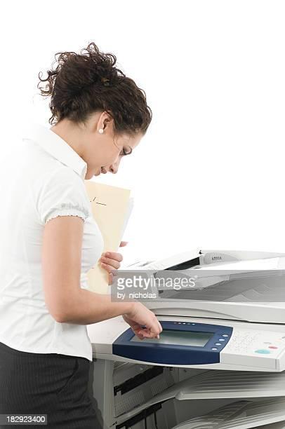 Femme et big imprimante laser, isolé sur blanc