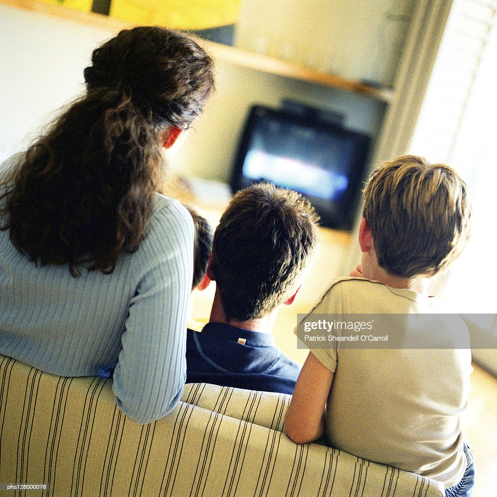 Woman and children sitting on sofa, rear view : Stockfoto