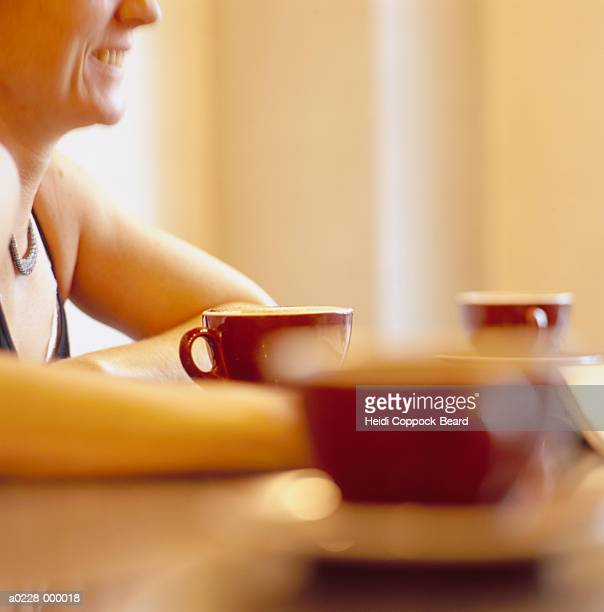 woman and coffee cups - heidi coppock beard photos et images de collection