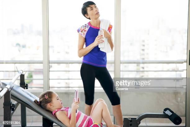 女性とジムの娘 - ユーロチャレンジ ストックフォトと画像