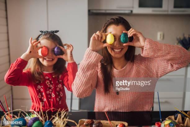 イースターエッグで遊んで女と娘 - happy easter mom ストックフォトと画像