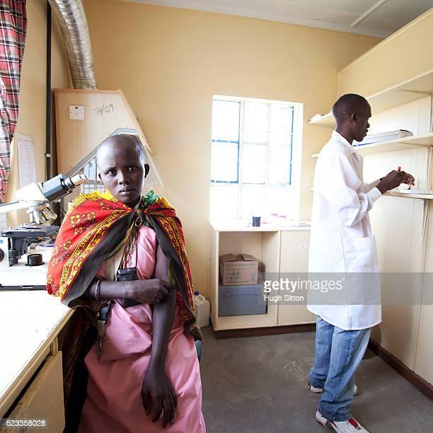 woman and doctor in doctor's office - hugh sitton stock-fotos und bilder