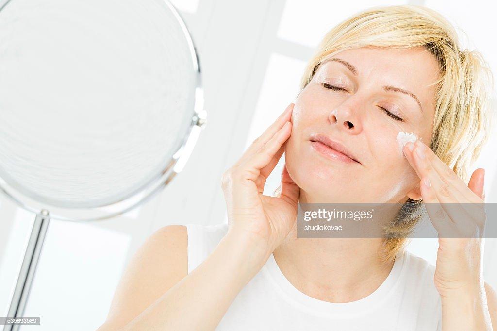 女性や顔をケアします。 : ストックフォト