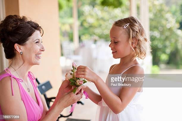 女性とフラワーガール花を持つ手