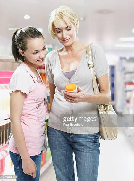 Femme et petite fille shopping dans le magasin