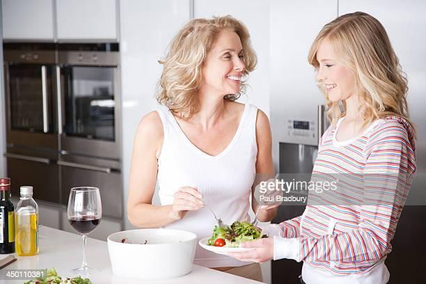 Mulher e Menina com Salada na cozinha