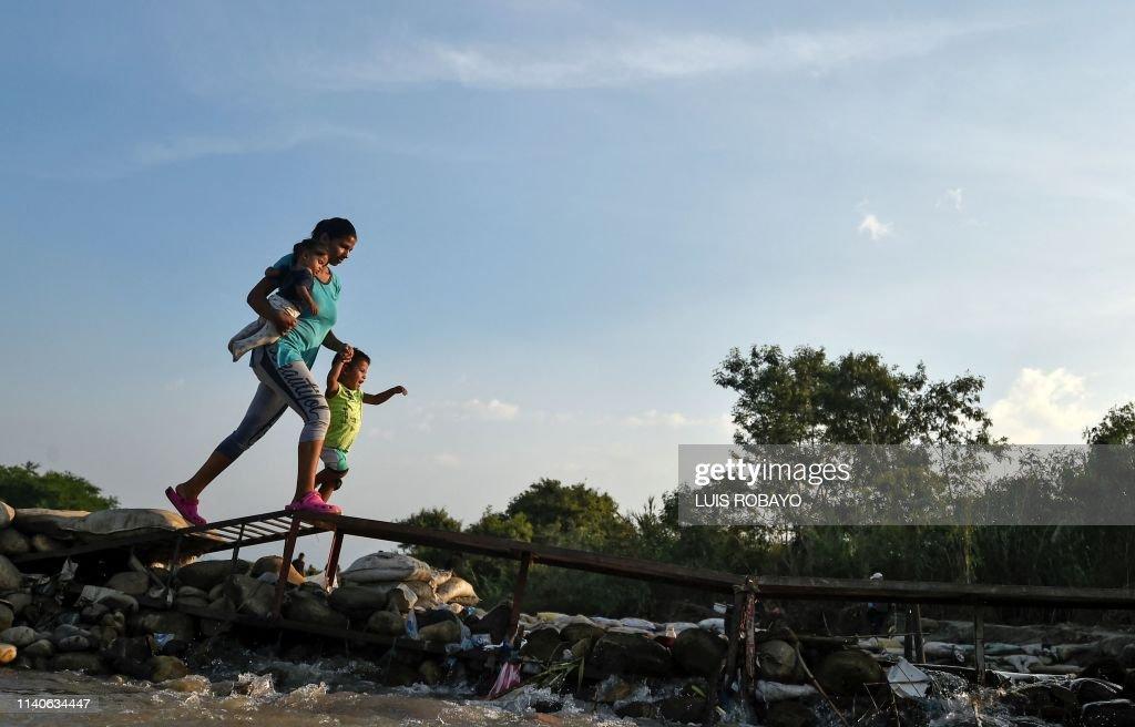 TOPSHOT-COLOMBIA-VENEZUELA-CRISIS-BORDER : News Photo