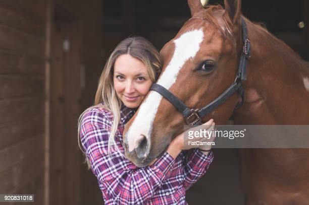 una mujer y su caballo - 1 woman 1 horse fotografías e imágenes de stock