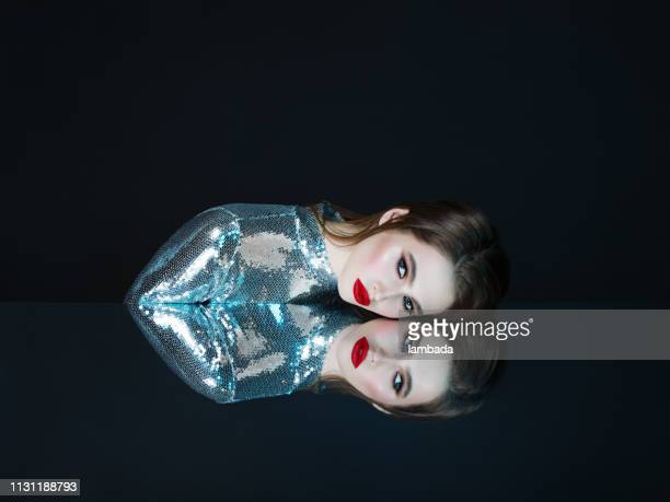 la donna e il suo riflesso speculare - simmetria foto e immagini stock