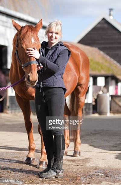 女性と馬 - 乗馬ズボン ストックフォトと画像