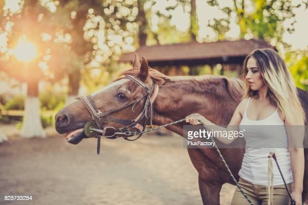 女性と馬 - 手綱 ストックフォトと画像