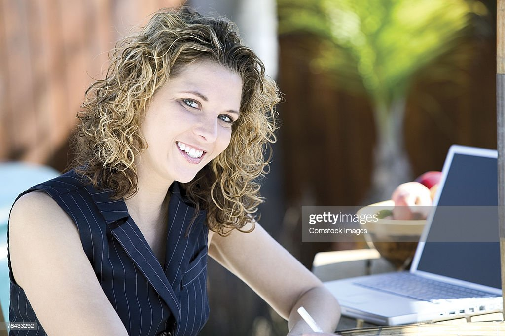 woman and laptop outdoors : Foto de stock