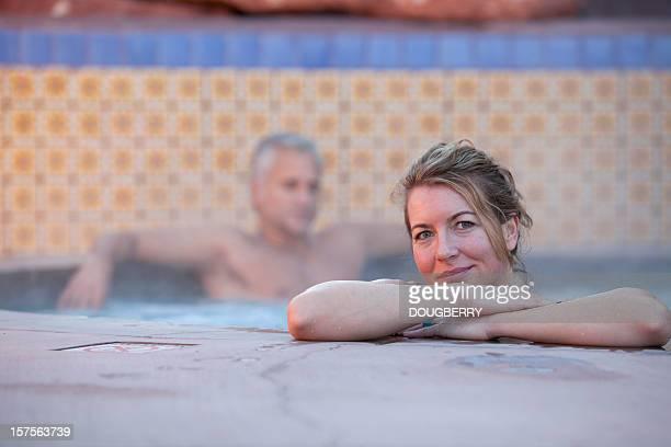 Mujer y hombre en un spa
