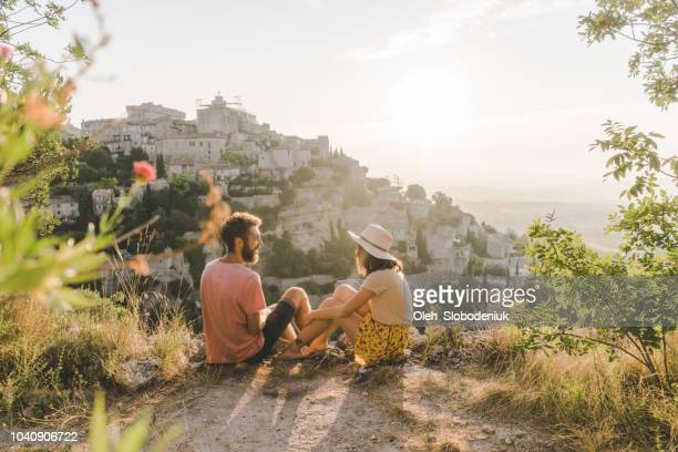 femme et homme en regardant la vue panoramique du village de gordes en provence - vacances photos et images de collection