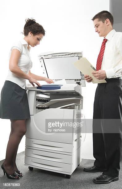 Femme et Homme près de big imprimante laser, isolé sur blanc