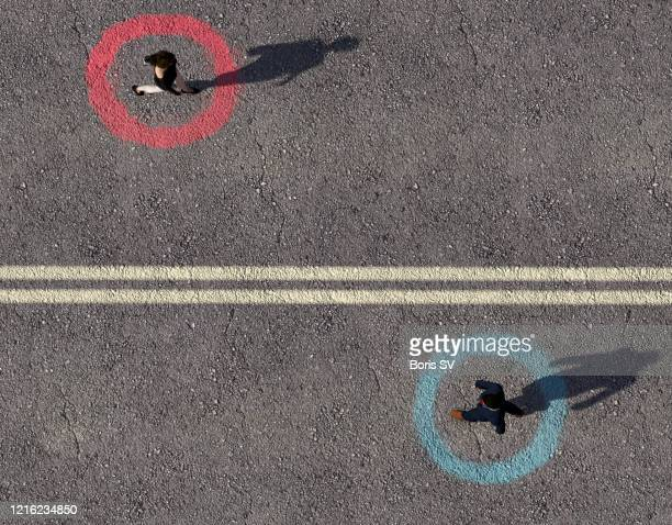 woman and man separated by double solid line - homme soumis photos et images de collection