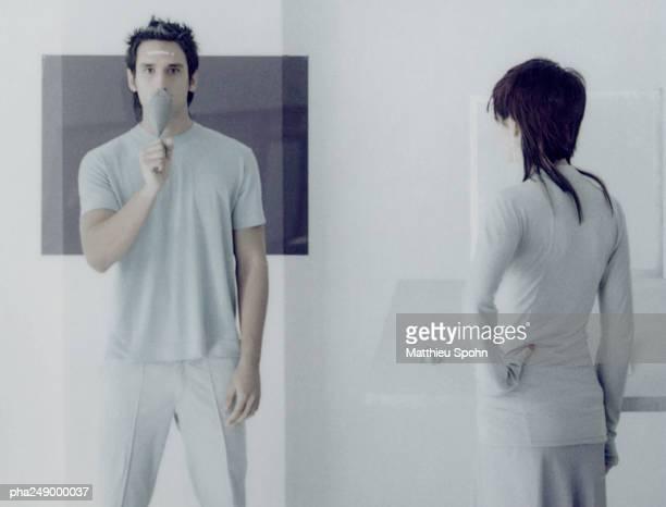 woman and man standing in a room - overheadprojector stockfoto's en -beelden