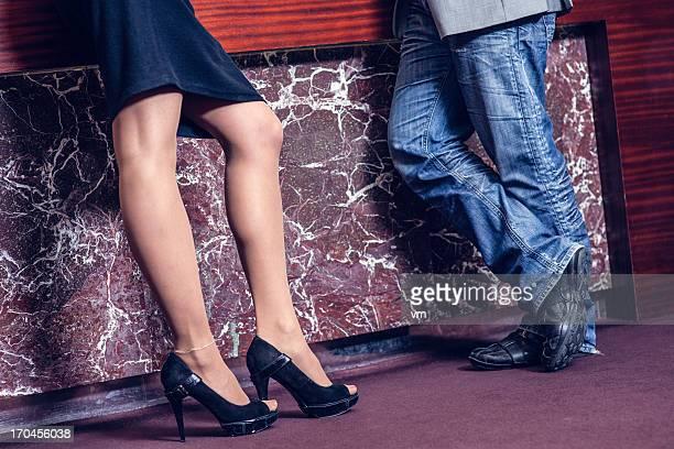 Femme et Homme debout dans le hall