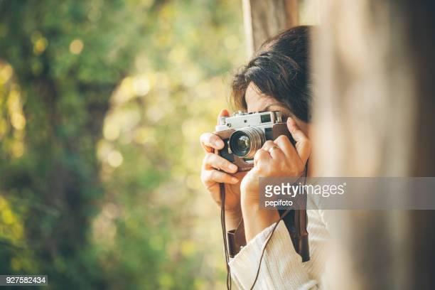 vrouw en retro camera - fotografische thema's stockfoto's en -beelden