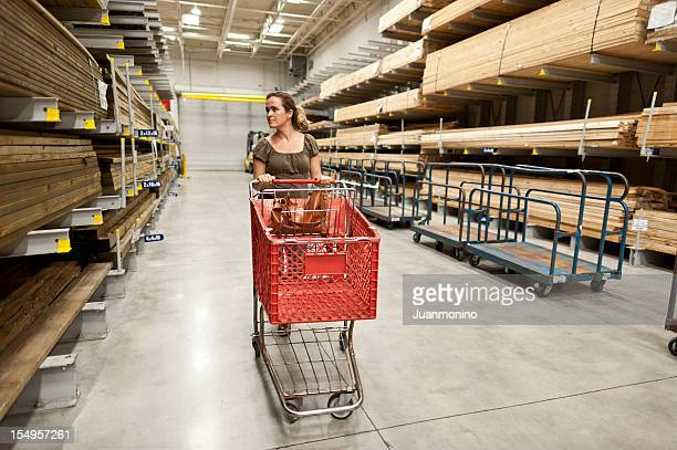 Mujer y cesta de compras en madera pasillo